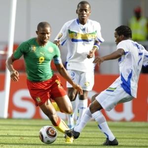 Seleção de Camarões, de Samuel Eto'o (e), foi surpreendida pelo Gabão, que venceu por 1 a 0