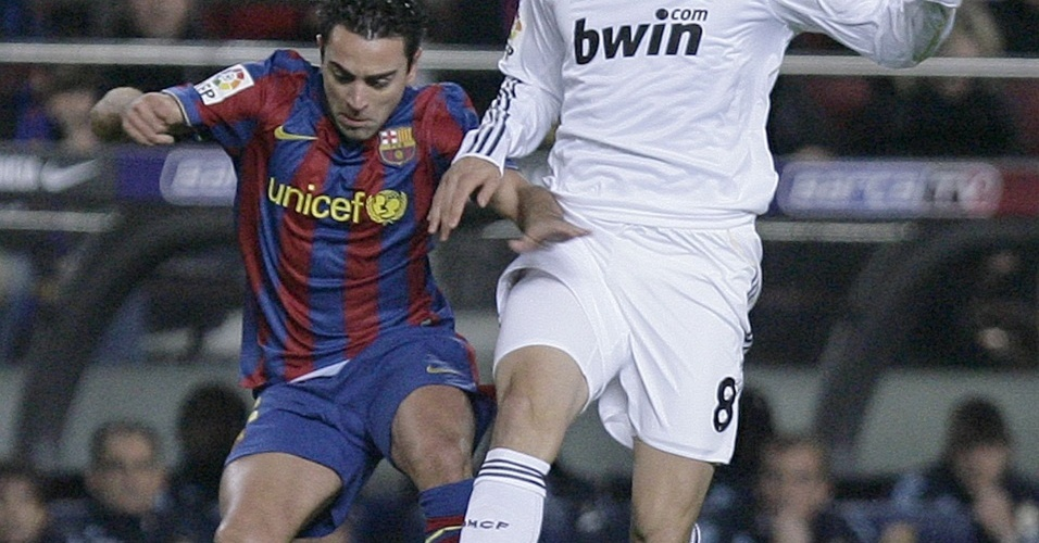 Xavi e Kaká disputam bola durante o clássico Barcelona x Real Madrid