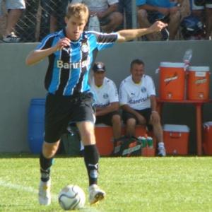 O jovem meio-campista Adílson é um dos que aprovam o Grêmio jogando no 4-4-2 no Gaúchão