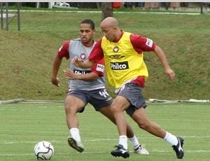 Ainda fora de forma, atacante Alex Mineiro começa no banco de reservas, diante do Corinthians