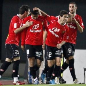 Gonzalo é parabenizado por companheiros após gol