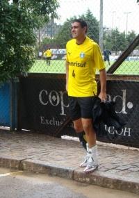 Mauricio deixa treino com lesão