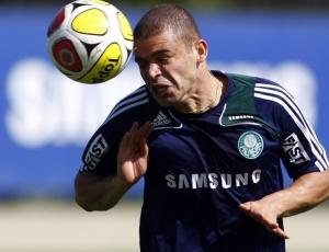 Volante Edinho, que já foi do Internacional, treina como palmeirense em São Paulo, nesta quarta