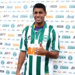 Emprestado pelo Palmeiras, ala Fabinho Capixaba foi apresentado nesta sexta pelo Coritiba