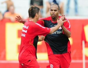 Marcar gol no domingo pode ajudar a luta de Alecsandro contra os críticos