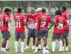 Lopes orienta jogadores, em treino do Atlético-PR, nesta terça. Time terá novo esquema