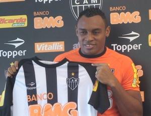 Ao ser apresentado, Obina disse que briga com ex-companheiro de Palmeiras foi fato isolado