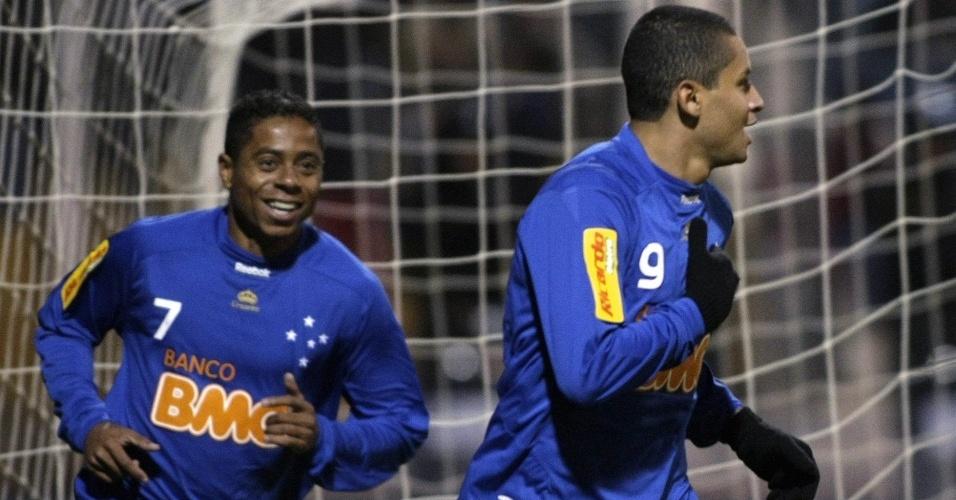 Wellington Paulista e Marquinhos Paraná comemoram gol marcado contra o Real Potosí na partida de ida da 1ª fase da Libertadores