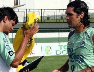 Recuperado de lesão no pescoço, Fernandão recebe colete de titular e deve jogar no clássico