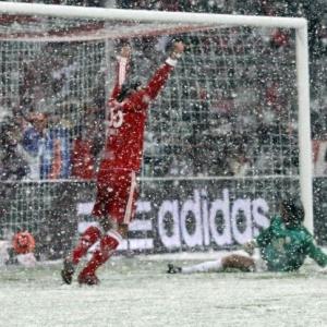 Sob neve, Bayern de Munique derrotou Mainz por 3 a 0 e assumiu liderança provisória da <i>Bundesliga</i>