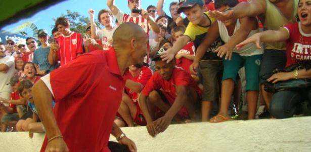 Guiñazu deixa estádio com apoio do torcedor