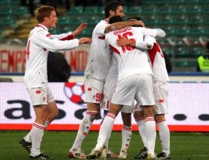 Jogadores do Bari comemoram um dos gols da equipe na vitória sobre o Palermo pelo Italiano