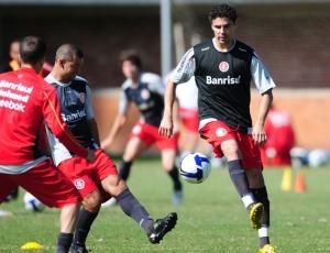 Zagueiro torceu o joelho durante o treinamento da sexta, mas volta a ficar à disposição de Fossati