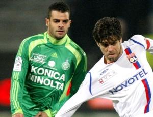 Ilan (e) em ação no Campeonato Francês, com a camisa Saint Etienne, contra o Lyon de Juninho P.
