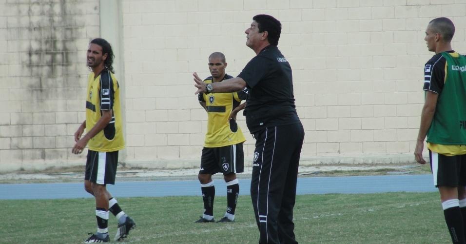 Joel Santana comanda treinamento no Botafogo