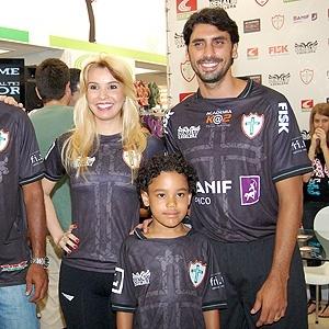 Portuguesa apresenta seu novo uniforme em shopping na capital. Camisa pode estrear no clássico contra o Palmeiras