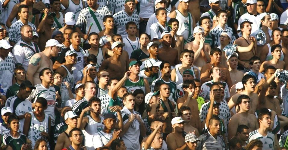 Torcida do Palmeiras protesta após empate com a Portuguesa