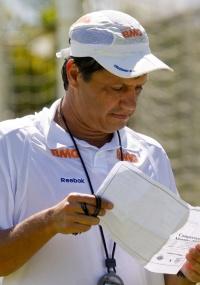 Adilson Batista acena com time competitivo em Valadares