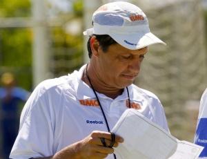 Sob o comando de Adilson Batista (f), Cruzeiro não conseguiu vencer times argentinos naquele país