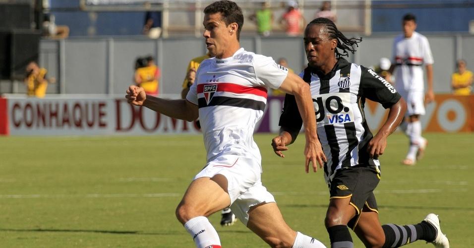 Hernanes protege a bola de Arouca no clássico entre São Paulo e Santos pelo Paulista