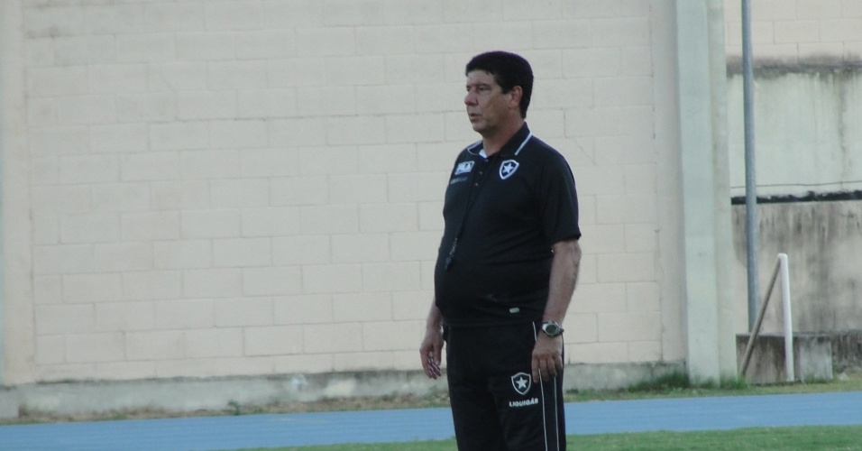 Joel Santana observa o treinamento do Botafogo