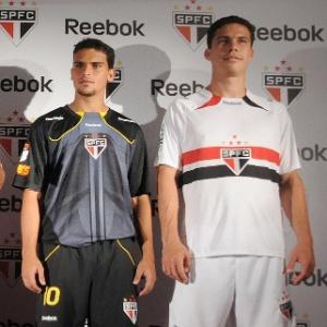 Jogadores do São Paulo posam no lançamento da nova camisa do time no Memorial do Imigrante
