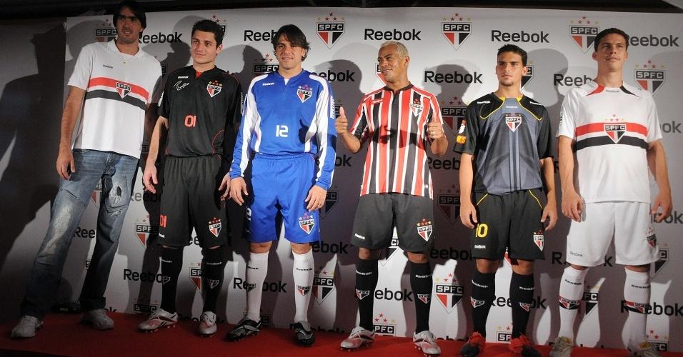 Jogadores do São Paulo posam no lançamento da nova camisa do time para 2010
