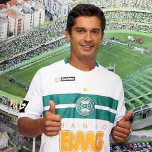 Volante Andrade é apresentado pelo Coritiba, após se desligar do Sport na Justiça do Trabalho