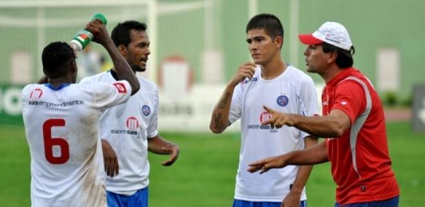 Renato Gaúcho passa instruções aos jogadores no Bahia, na partida contra o Atlético-BA