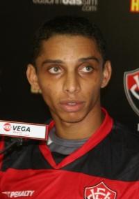 Valmir assinou contrato com o Vitória até dezembro deste ano