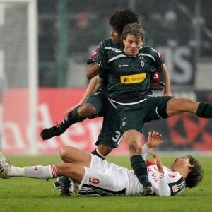 Angelos Charisteas, do Nuremberg, sofre com a marcação dupla do Borussia Moenchengladbach