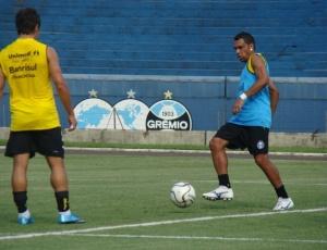 Leandro (d) participa de treinamento no Olímpico