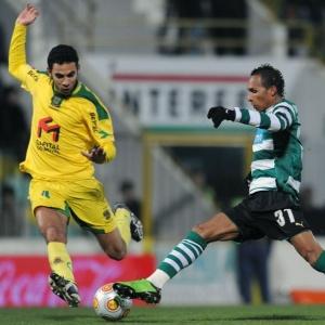 Atacante Liedson tenta passar pela marcação no empate sem gols entre Paços Ferreira e Sporting