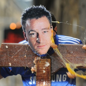Torcedores ingleses jogam ovos em foto de Terry