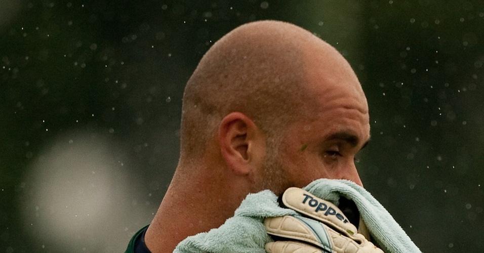 Marcos limpa o rosto em treino do Palmeiras