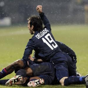 Jogadores do Lyon comemoram gol marcado por Makoun, que garantiu a vitória contra o Real Madrid