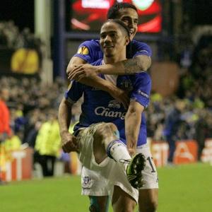 Steve Pienaar e Tim Cahill comemoram o primeiro gol do Everton sobre o Sporting pela Liga Europa