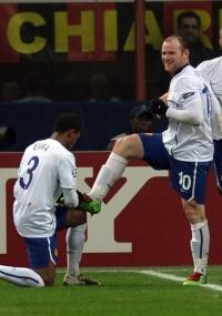 Rooney comemora um gols dos marcados pelo Manchester United contra o Milan, pela Liga dos Campeões