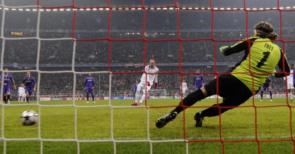 De pênalti, Robben abre o placar para o Bayern de Munique contra a Fiorentina
