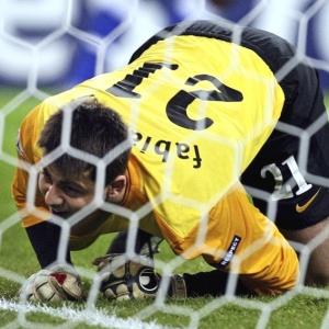 Lukasz Fabianski, goleiro do Arsenal, lamenta falha na partida contra o Porto, pela Liga dos Campeões