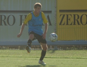Adílson volta a treinar com bola no Grêmio