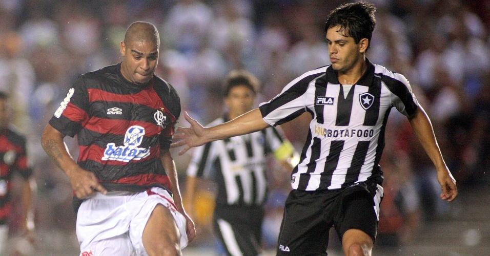 Adriano no lance de bola com Fahel durante o clássico