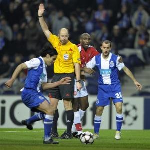 Em lance polêmico, Falcao fez o gol da vitória do Porto sobre o Arsenal na Liga dos Campeões