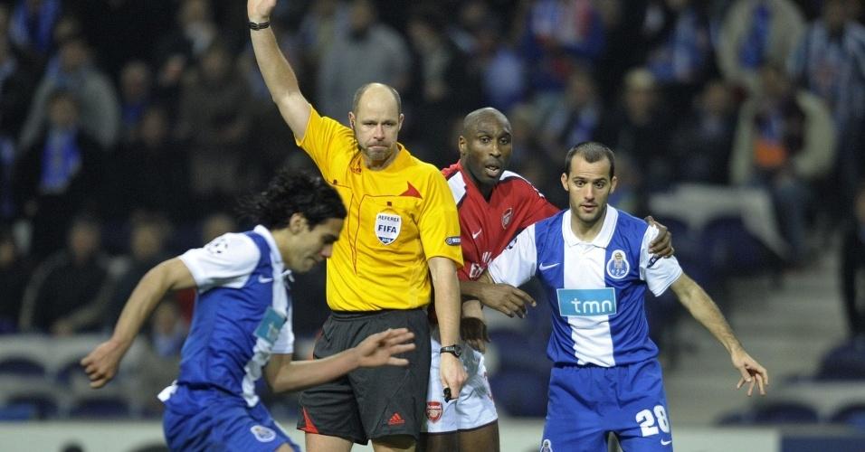 Falcao Garcia faz gol polêmico no jogo entre Porto e Arsenal na Liga dos Campeões