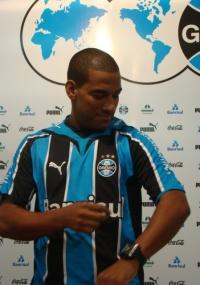Rodrigo é apresentado e veste camisa do Grêmio pela 1ª vez