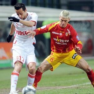 Nenê disputa bola com o meia Yohan Demont do Lens. Brasileiro não evitou derrota de seu time