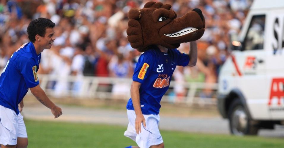 O meia Roger comemora terceiro gol do Cruzeiro com cabeça de raposa, mascote do clube