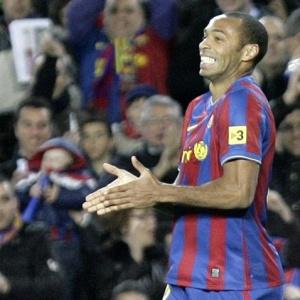 Henry comemora ao marcar seu gol, o segundo do Barcelona na goleada por 4 a 0 sobre o Racing