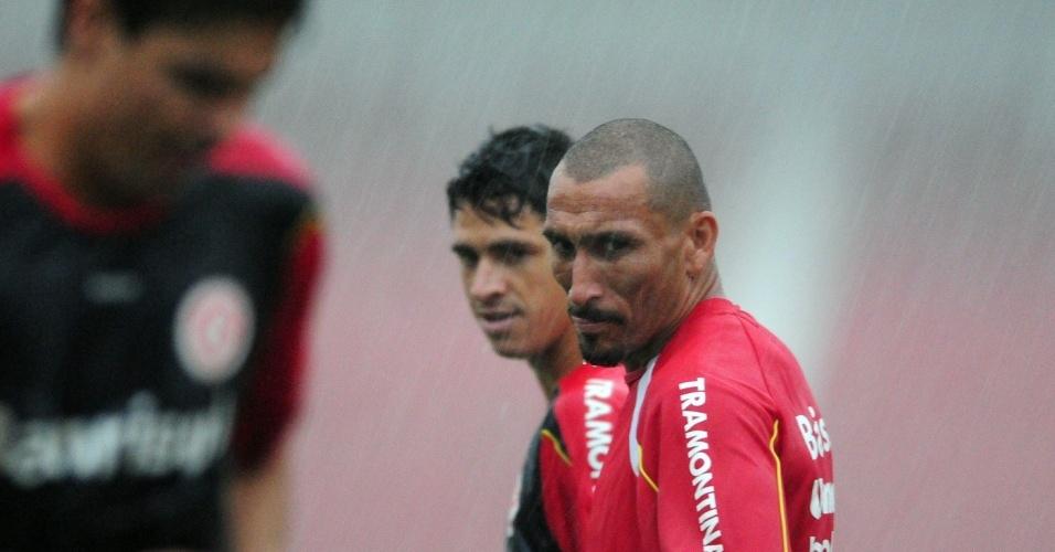 Guiñazu e Giuliano observam Bolívar, em treino do Internacional