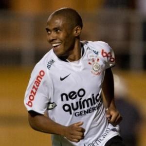 Elias comemora um de seus dois gols na suada vitória do Corinthians diante do Racing (URU)